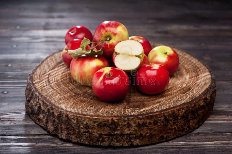 Manzanas rojas sobre la madera foto de archivo libre de regalías