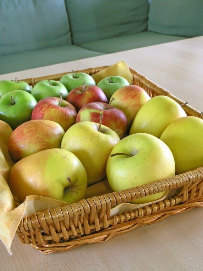 Manzanas rojas, verdes y amarillas imagen de archivo libre de regalías