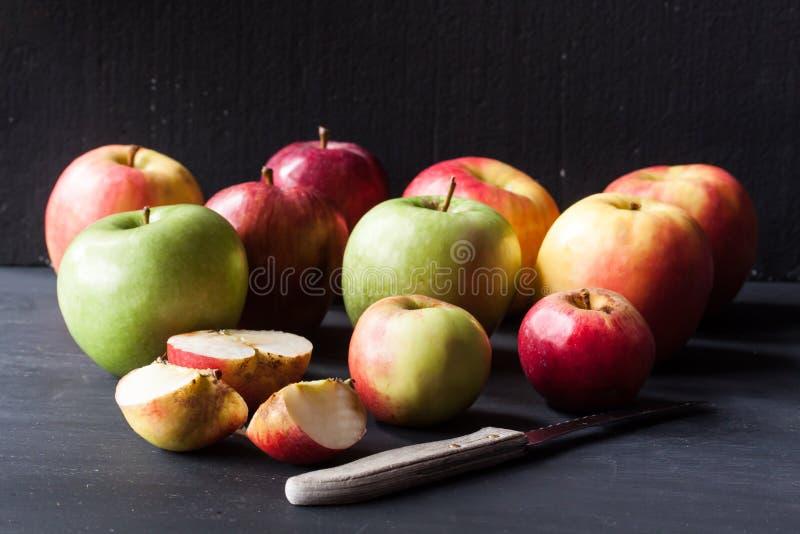 Manzanas rojas y verdes fotografía de archivo