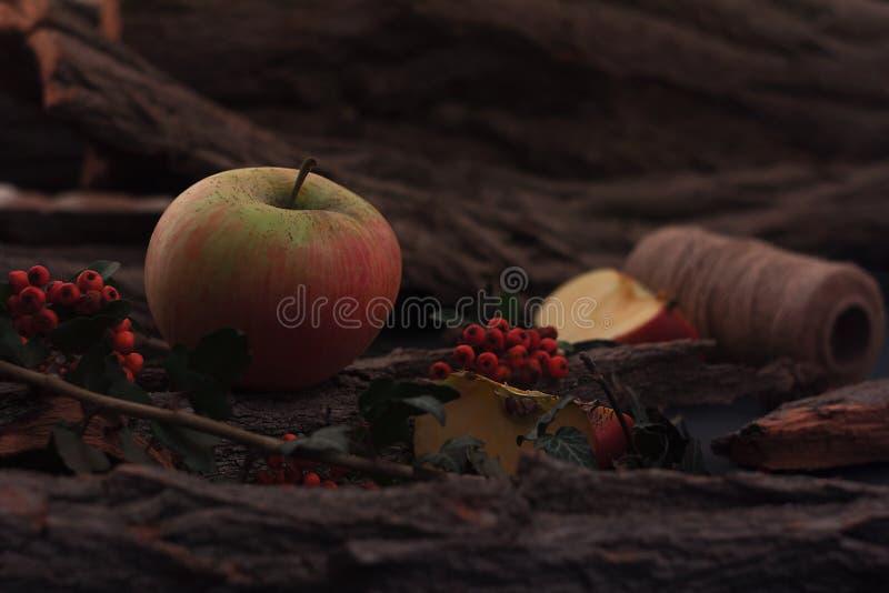 Manzanas sabrosas maduras en la tabla de madera fotografía de archivo