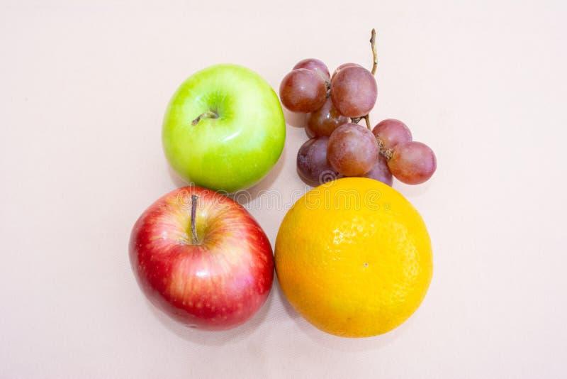 Manzanas, uvas y naranja foto de archivo