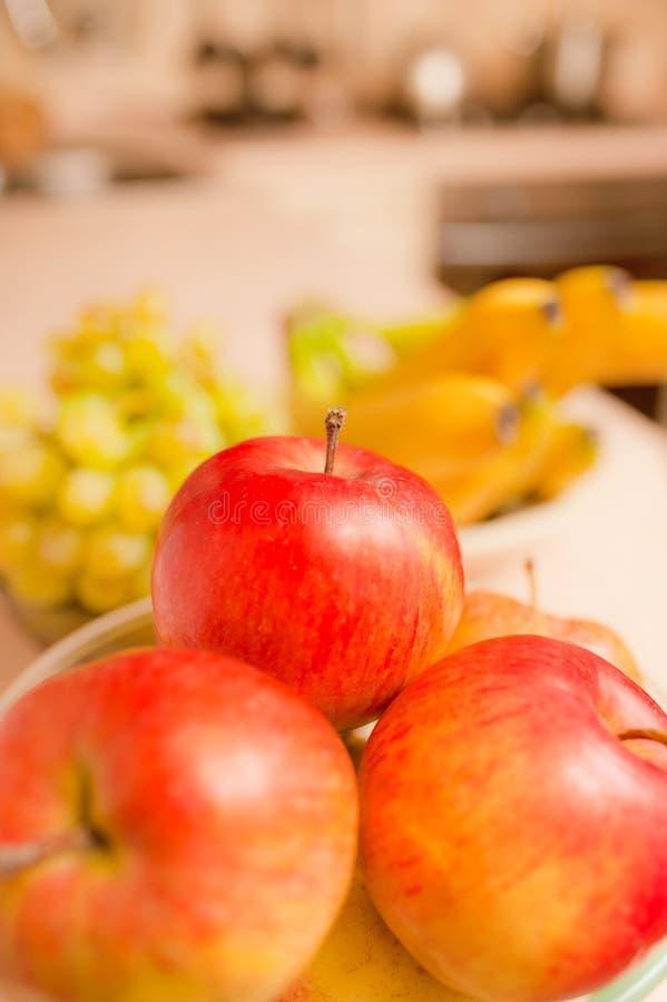 Manzanas, uvas y plátanos fotos de archivo