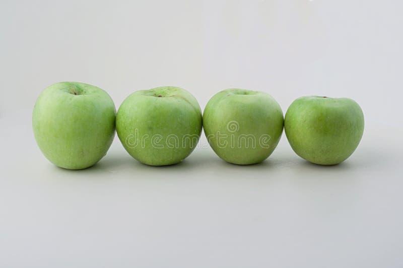 Manzanas verdes en línea fotografía de archivo libre de regalías