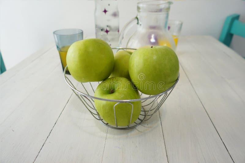Manzanas verdes en un cuenco imágenes de archivo libres de regalías