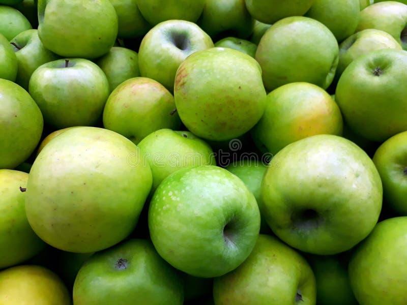 Manzanas verdes frescas en el contador fotografía de archivo