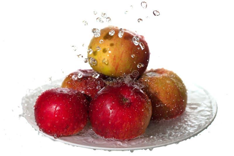 Manzanas y agua. imagenes de archivo