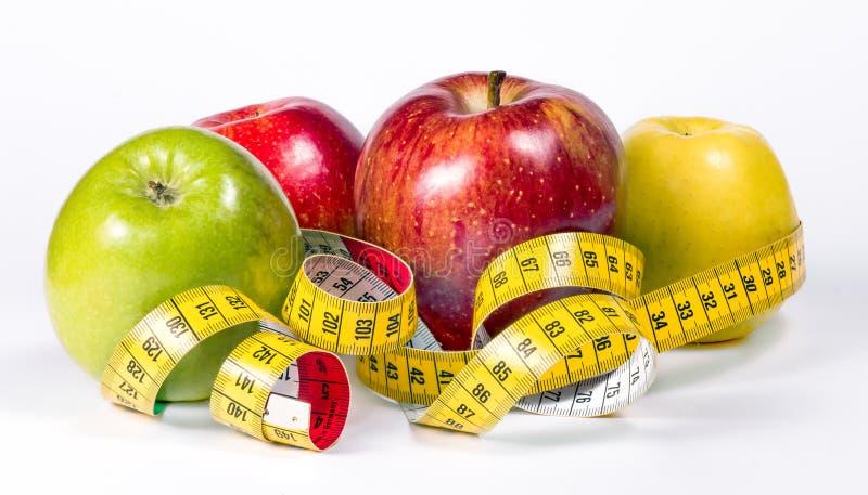 Manzanas y cinta métrica imagen de archivo