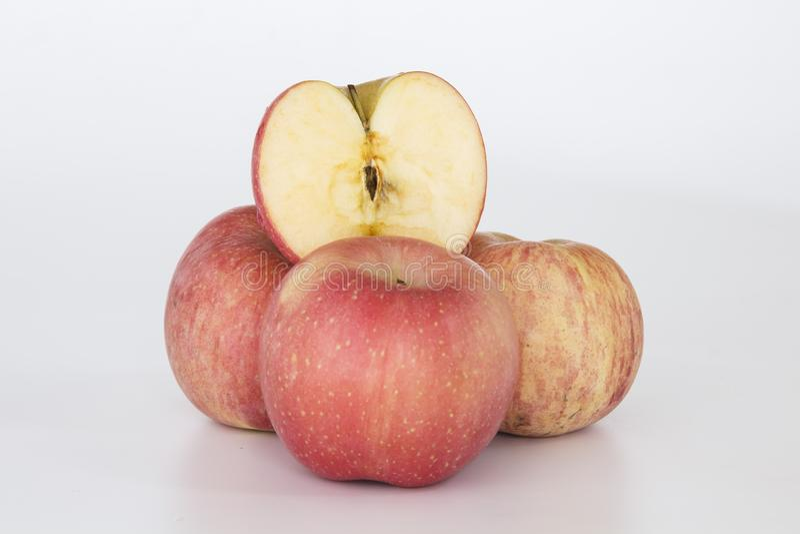 3 manzanas y otra mitad imagen de archivo libre de regalías