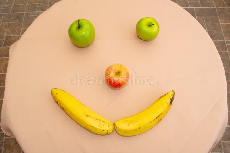 Manzanas y pl?tano Cara feliz imagen de archivo libre de regalías