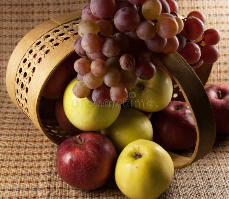 Manzanas y uvas imágenes de archivo libres de regalías