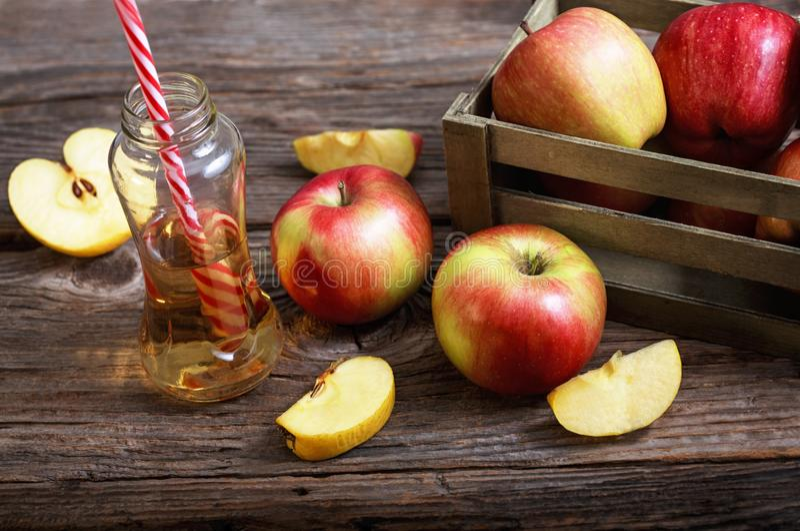 Manzanas y zumo de manzana maduros fotos de archivo libres de regalías