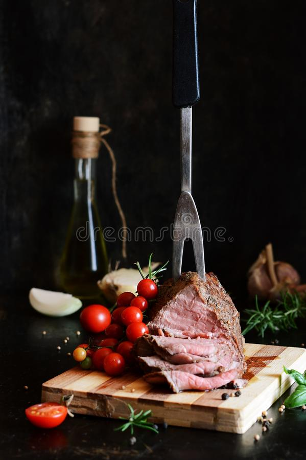 Manzo al forno in spezie Arrosto di manzo Il rea medio pranzo fotografie stock