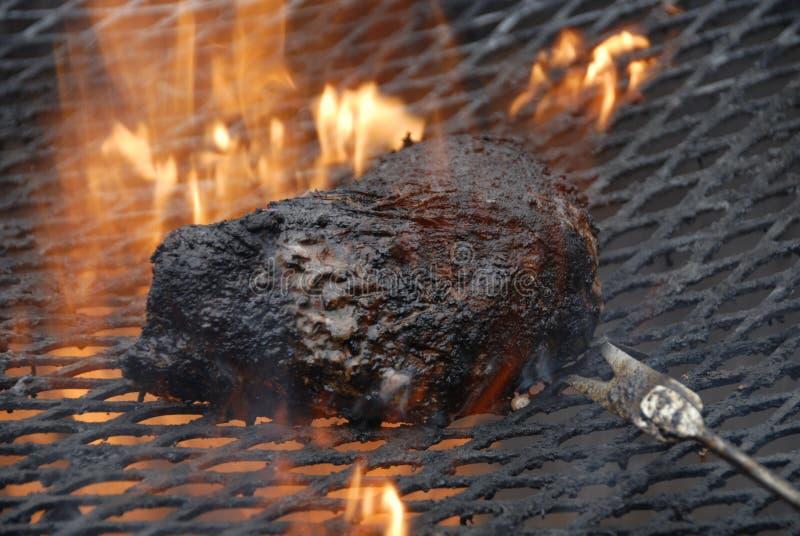 Manzo carbonizzato sulla griglia fotografia stock libera da diritti