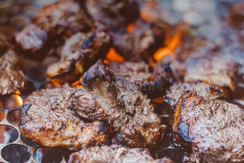 Manzo che è preparato sulla griglia Alimento squisito Alimento brasiliano fotografia stock