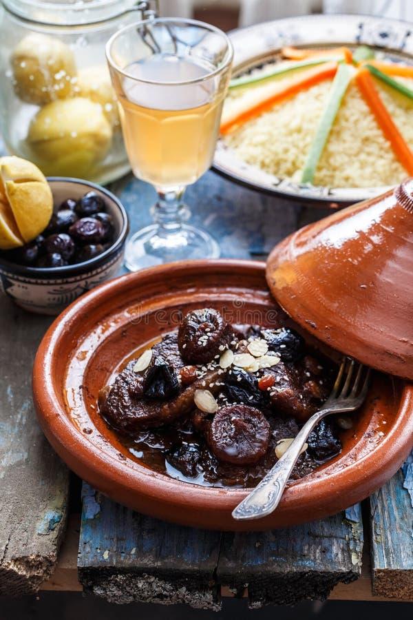 Manzo cucinato lento con le prugne, i fichi, l'uva passa e le mandorle - tajine marocchino fotografia stock libera da diritti