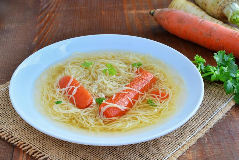 Manzo della radura del brodo o minestra di pollo con le tagliatelle e le verdure immagini stock libere da diritti