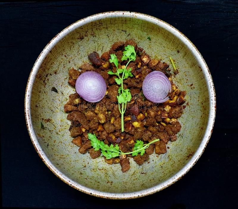 Manzo di manzo in India meridionale con noce di cocco e foglia di coriandolo come alimento invernale immagine stock