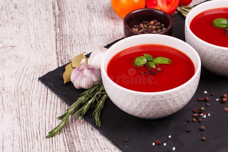 Manzo e minestra di verdure con il pomodoro e l'aneto Borscht ucraino su un fondo bianco immagine stock libera da diritti