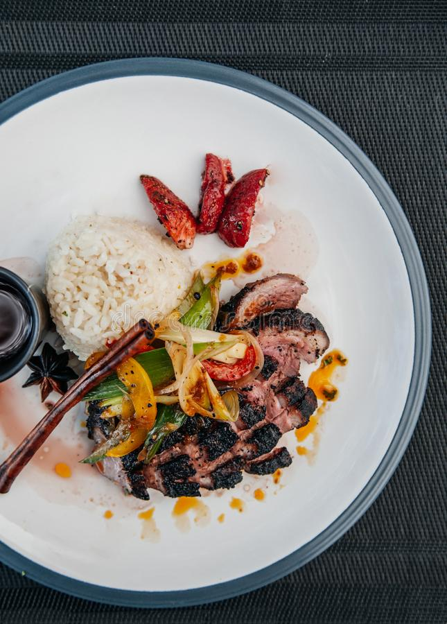 Manzo grigliato alimento asiatico con le verdure della frittura di scalpore, cipolla, porro, b immagini stock libere da diritti