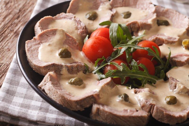 Manzo italiano con il primo piano della salsa del tonno orizzontale immagine stock libera da diritti