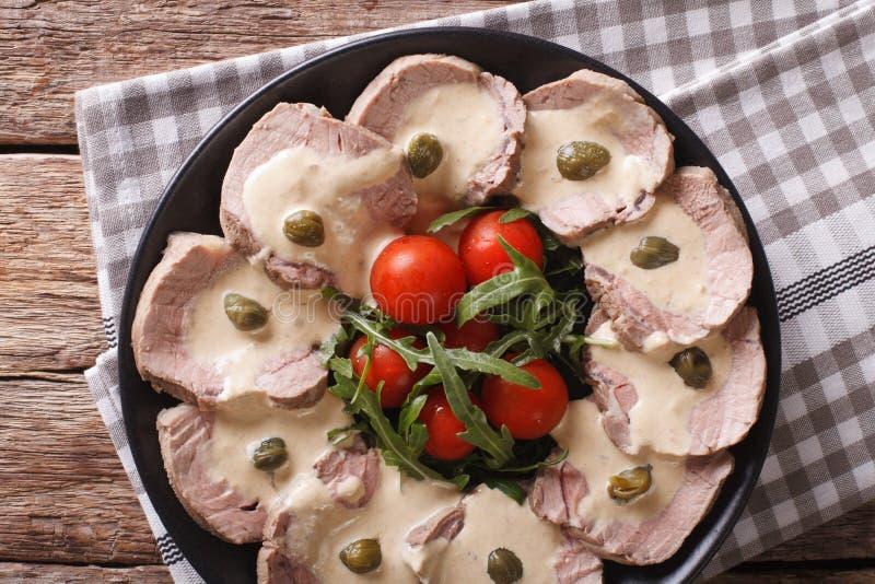 Manzo italiano con il primo piano della salsa del tonno vista superiore orizzontale fotografie stock libere da diritti