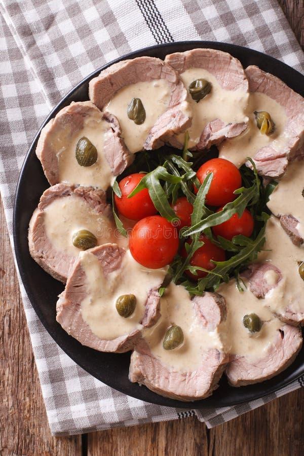 Manzo italiano con il primo piano della salsa del tonno Vista superiore verticale immagini stock libere da diritti