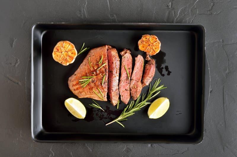 Manzo raro medio della bistecca succosa fotografia stock