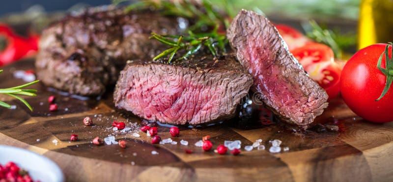 Manzo raro medio succoso fresco Grillsteak Fine della carne del barbecue su fotografia stock libera da diritti