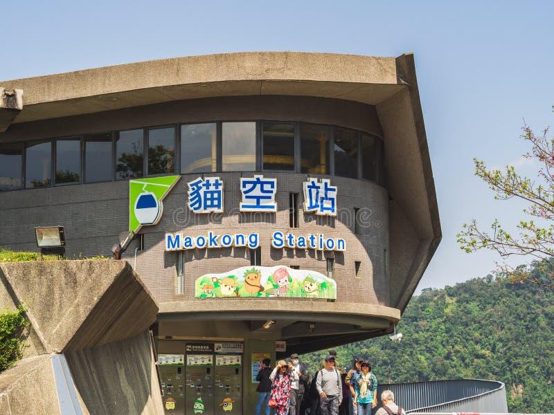 Maokong stacjonuje, lokalizuje po środku herbacianych plantacji z grupą turysta, fotografia royalty free