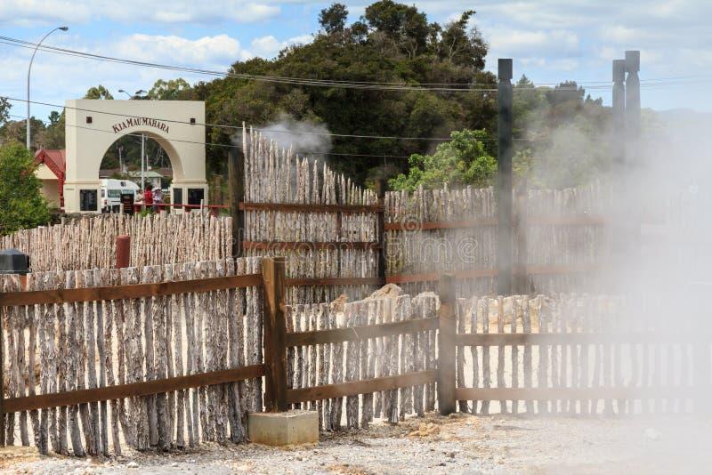 Maori χωριό Whakarewarewa, Rotorua, Νέα Ζηλανδία Αψίδα και περίφραγμα εισόδων στοκ φωτογραφίες με δικαίωμα ελεύθερης χρήσης