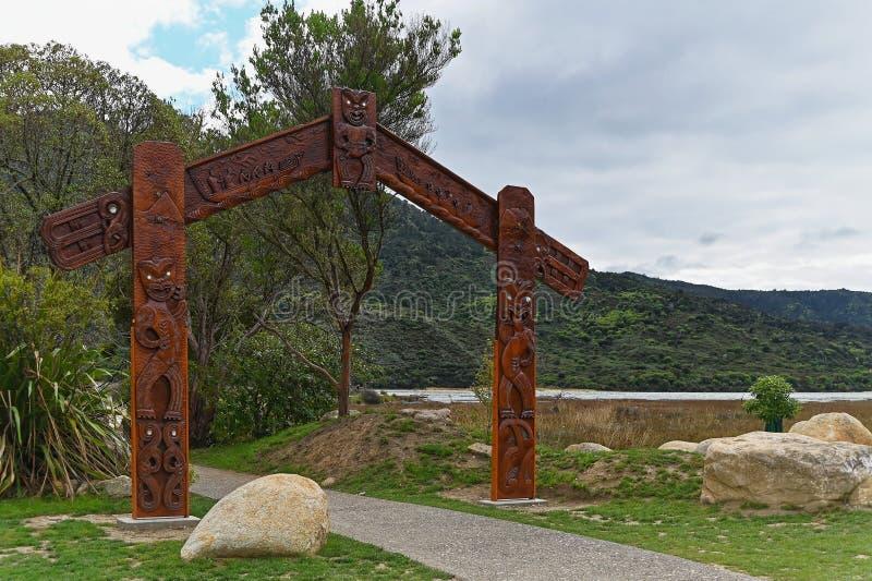 Maori- Carvings am Zugang zu Abel Tasman National Park in Neuseeland stockfoto