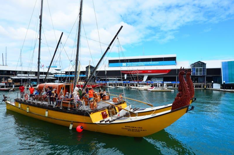 Maori- doppel-geschältes waka Erbsegeln außerhalb Neuseelands MA lizenzfreies stockbild