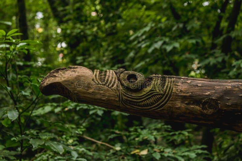 Maori- hölzerne Skulptur im Wald lizenzfreies stockbild