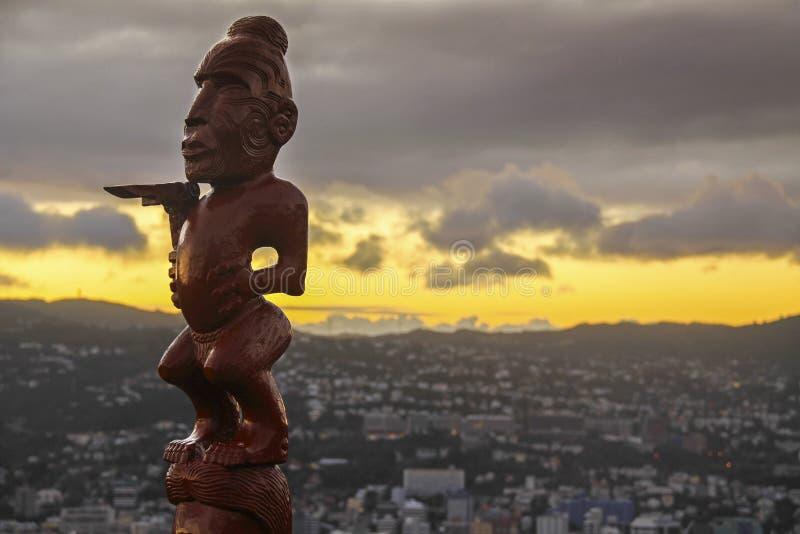 Maori Idol Statue Mount Victoria Wellington Cityscape Dramatic Sky New Själland norr ö arkivfoton