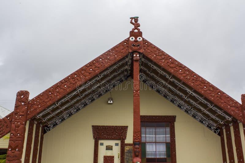 Maori Meeting-huiswharenui in Maoridorp stock afbeeldingen