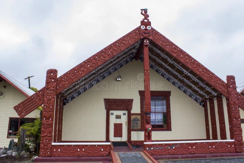 Maori Meeting-huiswharenui in Maoridorp stock foto's