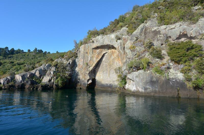 Maori Rock Carving på sjön Taupo Nya Zeeland royaltyfri fotografi