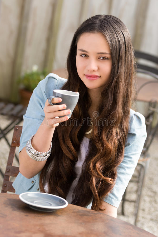 Maori Woman Drinking Coffee bonito fotografia de stock royalty free