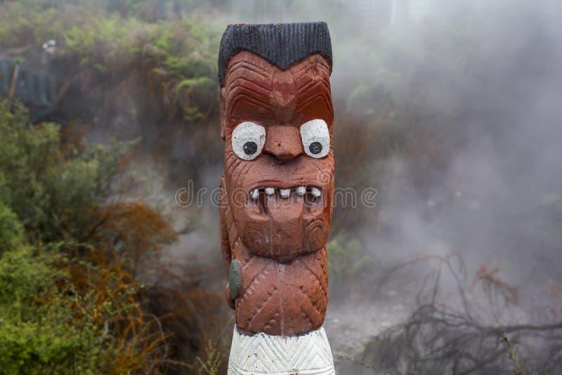 Maori Wood Carving skulptur med tungan ut fotografering för bildbyråer