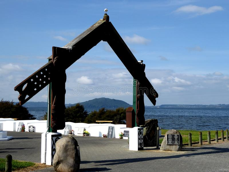 Maori Wooden tradicional cinzelou a porta na frente do lago rotorua Nova Zelândia fotos de stock royalty free