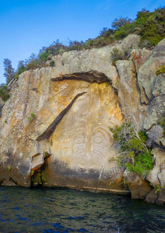 Maorihällristningar, Taupo sjö, Nya Zeeland arkivbild