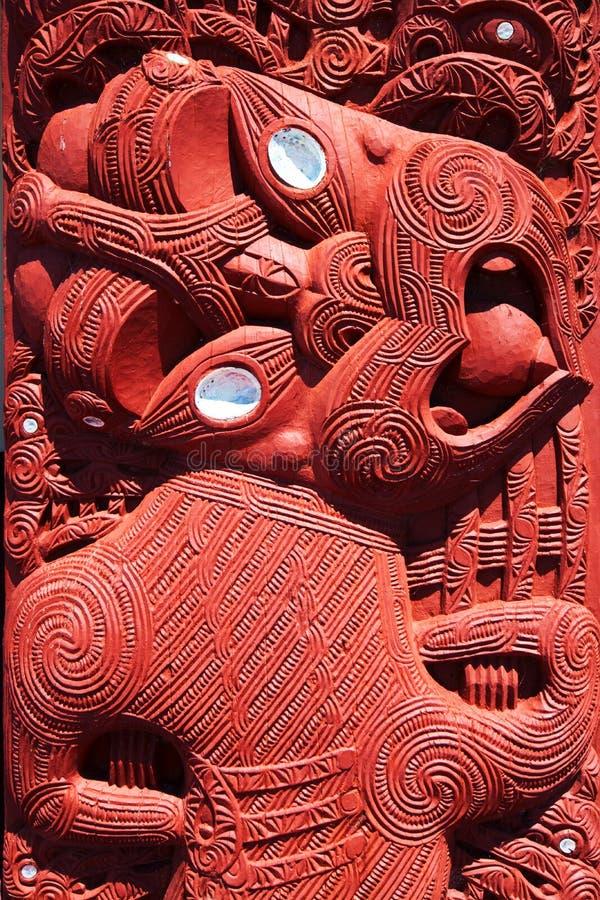 Maoriträskulptur, Rotorua, Nya Zeeland - November 11 royaltyfri bild