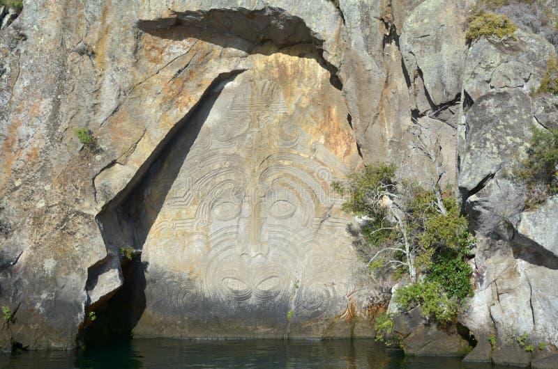 Maorysa Rockowy cyzelowanie przy jeziornym Taupo Nowa Zelandia zdjęcie royalty free
