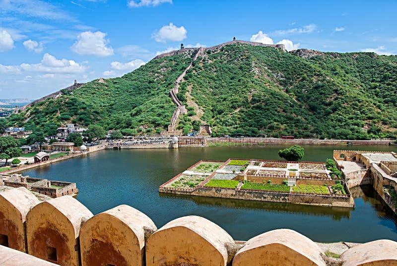 Maota sjö och trädgårdar av Amber Fort i Jaipur, Indien royaltyfri foto