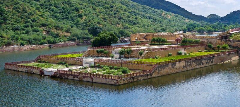 Maota sjö och trädgårdar av Amber Fort i JaipurIndia royaltyfri fotografi