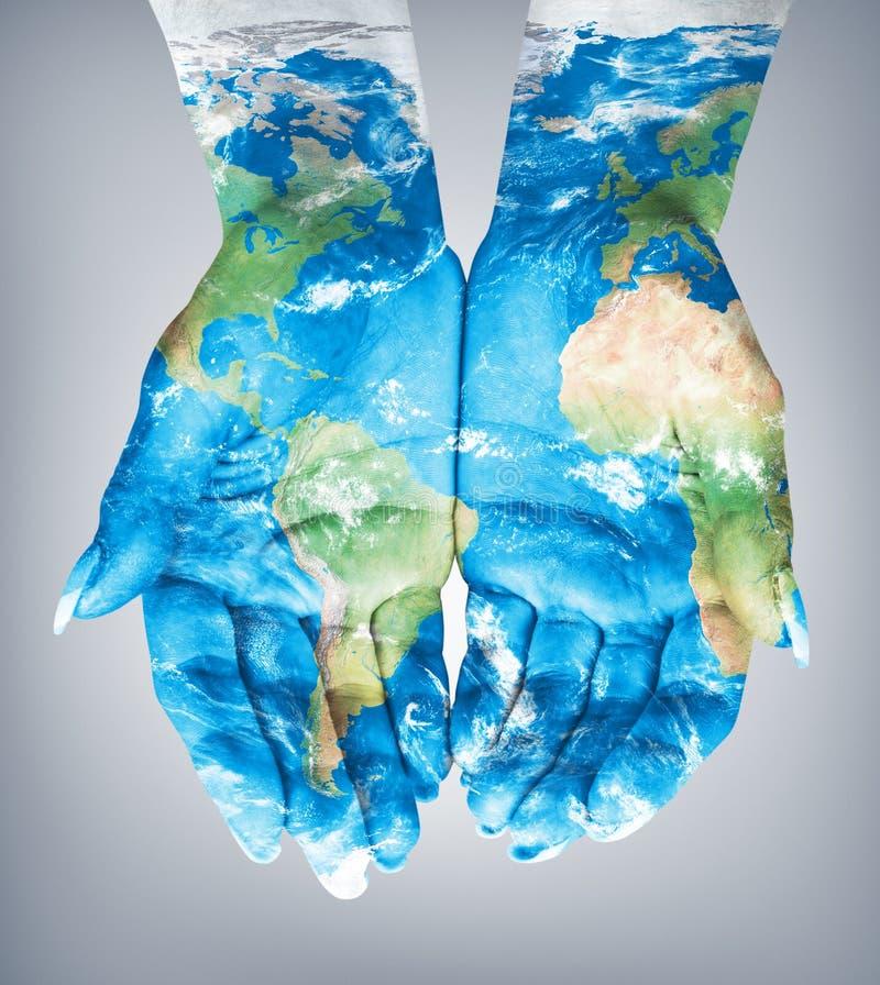 Map målade räcker på Begrepp av att ha världen i våra händer royaltyfri foto