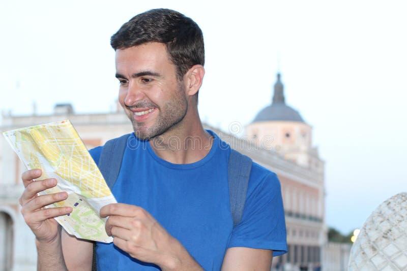 Mapa alegre da leitura do turista com espaço da cópia imagem de stock