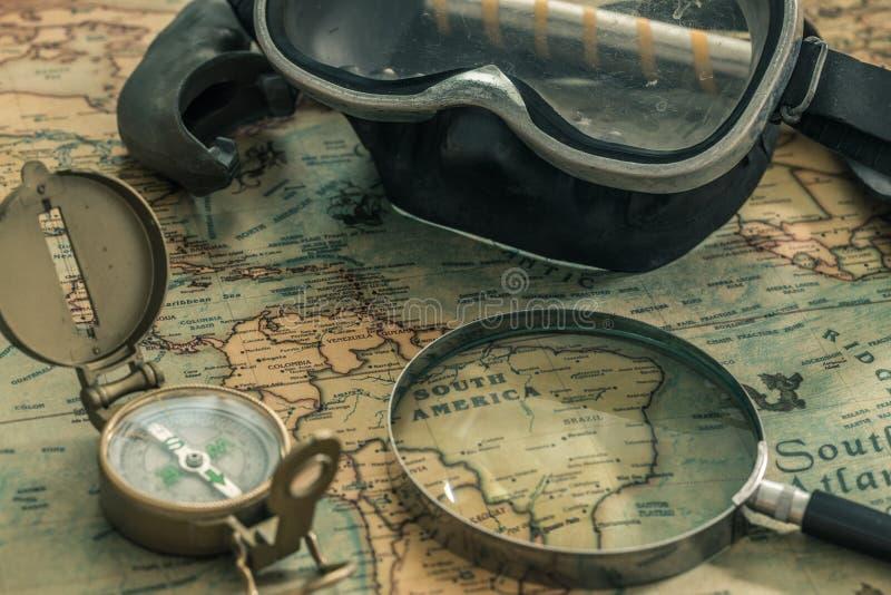 Mapa antigo com equipamento de bússola, notebook e mergulho O conceito de procurar locais interessantes de mergulho ou tesouro su foto de stock
