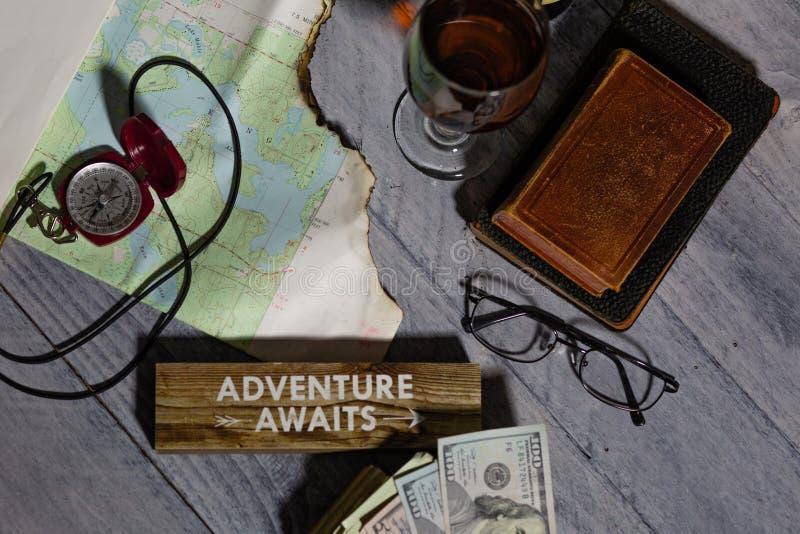 Mapa, bússola, vinho, dinheiro, livros e óculos, aventura aguarda fotografia de stock