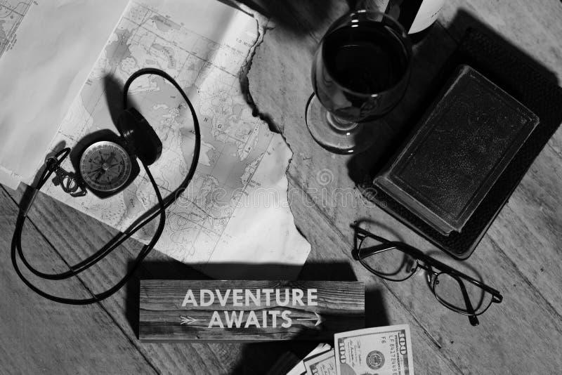 Mapa, bússola, vinho, dinheiro, livros e óculos, aventura aguarda conceito imagem de stock royalty free